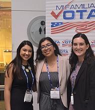 ELECCIONES. Yadira Sánchez (centro), directora de Desarrollo, acompañada de Guadalupe Martínez (izq.), del equipo de Washington y una representante de una oficina estatal.