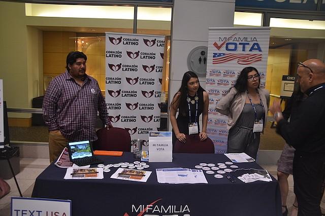 REGISTRO. La mesa de Mi Familia Vota en un evento, registrando votantes. La organización quiere educar a la comunidad sobre la importancia del voto.