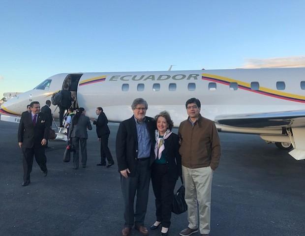 La cónsul de Ecuador en Boston, Beatriz Stein; el Embajador Francisco Carrión y el Canciller José Valencia, antes de que el presidente Lenín Moreno abordara el avión presidencial que lo llevó de regreso a Ecuador tras su visita a Boston.
