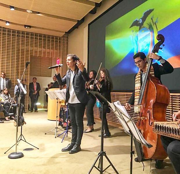 """Gerson Eguiguren, estudiante ecuatoriano de Berklee College of Music interpretó el tema """"De dónde vengo"""" del cantante y compositor ecuatoriano  Alex Alvear durante la reunión del Presidente Lenín con la comunidad ecuatoriana en MIT de Boston."""