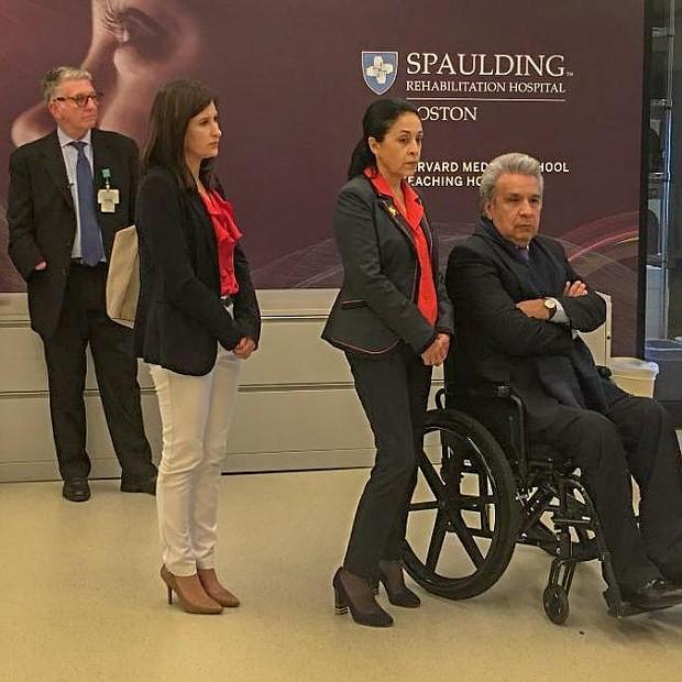 El Presidente y la Primera Dama de Ecuador cuando visitaban el hospital Spaulding que brinda rehabilitación a pacientes con discapacidades.