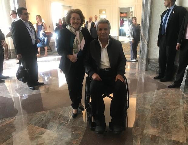 El Presidente de Ecuador, Lenín Moreno y la Cónsul de Ecuador en Boston, Beatriz Stein, despidiendo de Boston al Mandatario.