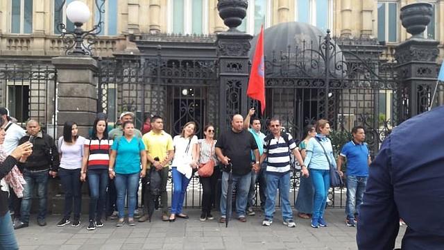 COSTA RICA. Cientos de manifestantes se reunieron a las afueras del Teatro Nacional, en San José para solicitarle al Presidente Carlos Alvarado suspenda la nueva medida económica
