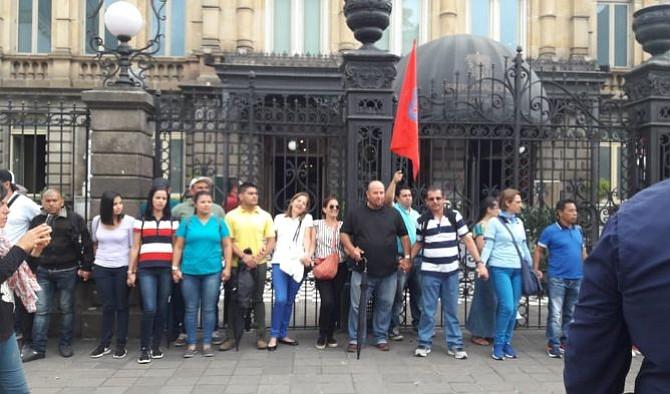 "Costarricenses protestaron ante ""combo fiscal"" que busca aprobar su presidente, Carlos Alvarado"