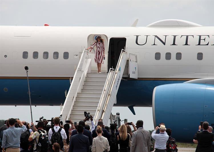 Elefante le da tremendo empujón a Melania Trump