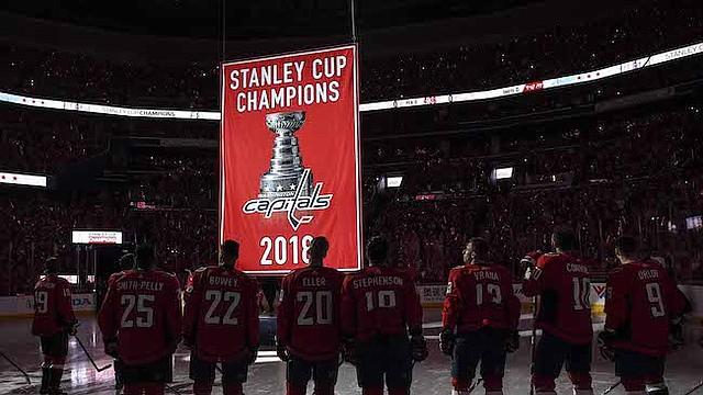 CELEBRACIÓN. Los Washington Capitals observan cómo el primer estandarte del campeonato de la franquicia se eleva en el techo del Capital One Arena previo a su primer partido de la temporada ante los Boston Bruins. La multitud vestida de rojo disfrutó ver a Alex Ovechkin sosteniendo la Copa Stanley, entre otras festividades.