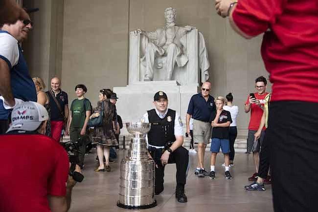 AFICIÓN. Los fanáticos de los Washington Capitals se toman fotos con la Copa Stanley en el Lincoln Memorial.