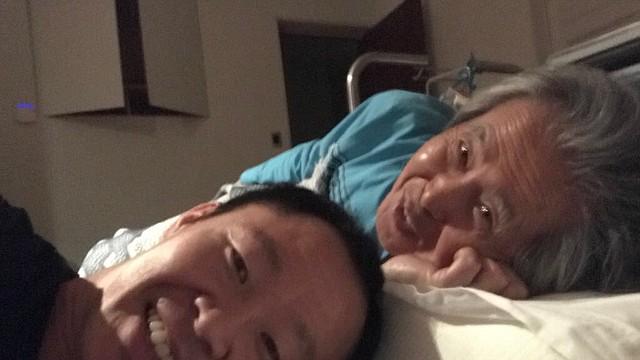 """MEDIDAS. """"Como hijo de Alberto Fujimori es mi deber humano estar con él en sus momentos más difíciles. Hoy nuevamente estoy contigo en una ambulancia, te amo y si tengo que dar mi vida y hasta mi libertad por ti, así lo haré. Siento mucho dolor"""", dijo el hijo."""