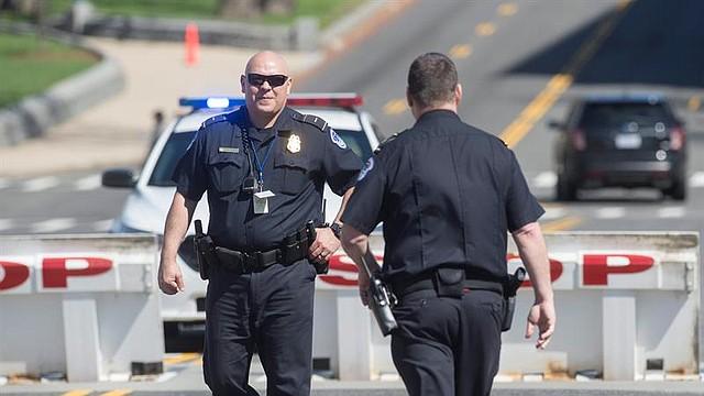 VIOLENCIA. El oficial estaba entre los cinco, dos agentes de la ciudad y tres del condado de Florence, que fueron heridos.