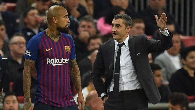 FÚTBOL. El entrenador de Barcelona, Ernesto Valverde, habla con su jugador Arturo Vidal (i), el miércoles 3 de octubre de 2018