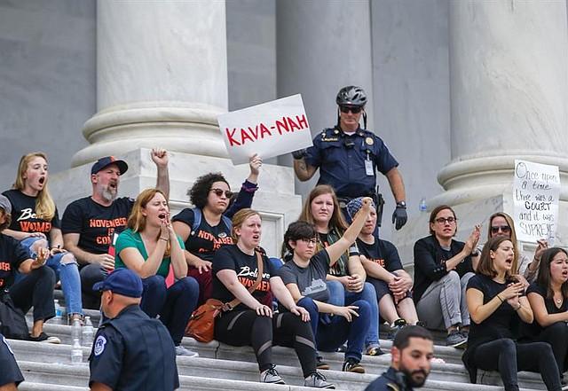 PROTESTA. La policía del Capitolio de EE.UU. detiene a los manifestantes que ocupaban los escalones del Frente Este del Capitolio de EE.UU. antes de que el Senado de EE.UU