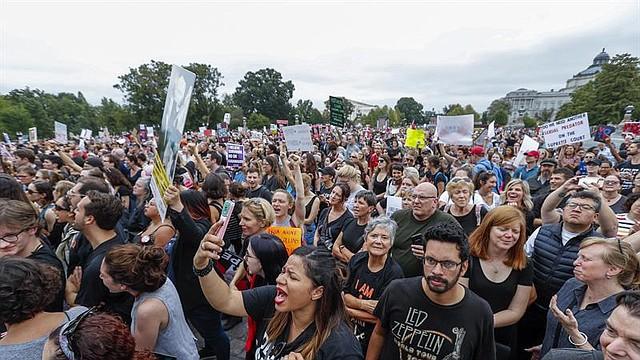 EE.UU. Manifestantes se manifiestan fuera de los escalones del Frente Este del Capitolio de EE.UU. ante el Senado