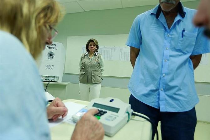 ELECCIONES. La jefe de la Misión de Observadores de la OEA en Brasil, la expresidenta de Costa Rica Laura Chinchilla, visita un centro de votación