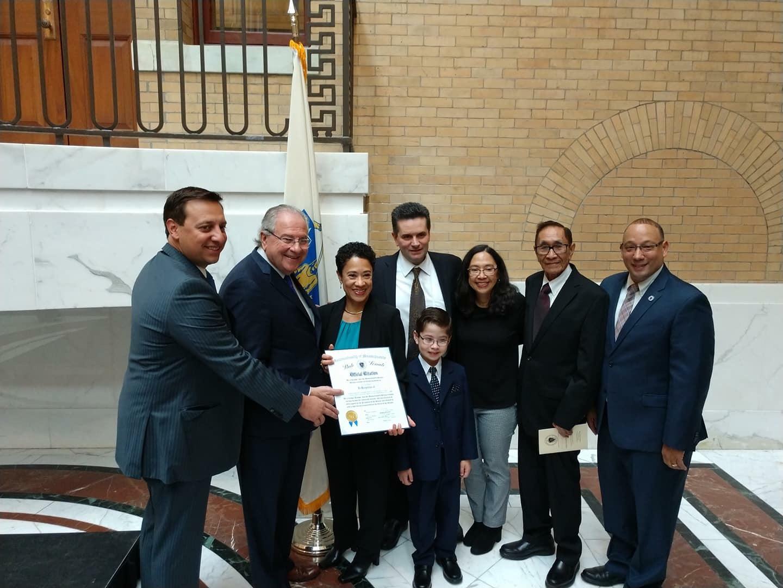 """La doctora Sylvia Chiang-Raposo, directora de la Coalición Revere CARES, recibe el premio """"Latinx Excellence on the Hill"""" en la Casa de Estado, de la mano de funcionarios públicos estatales y personal del Hospital MGH."""