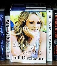"""POLÉMICA. Una muestra del libro recién publicado por Stormy Daniels """"Full Disclosure"""" en una librería de Nueva York el 2 de octubre de 2018"""