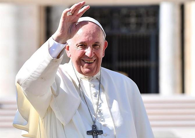 VATICANO. El papa Francisco saluda durante su tradicional audiencia semanal en la Plaza de San Pedro