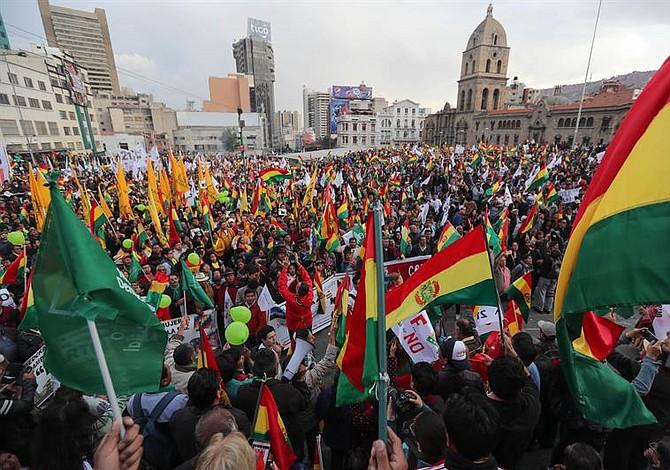 Miles de bolivianos protestaron en contra de la reelección presidencial