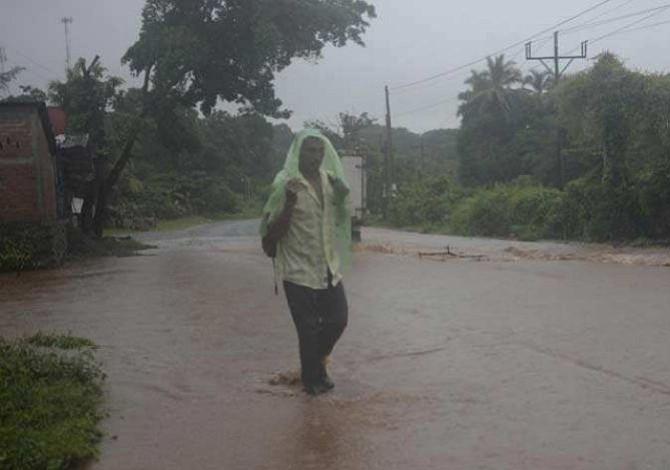 Protección Civil salvadoreña mantiene alerta amarilla en 39 municipios por lluvias