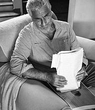 """Braulio Jatar con los manuscritos en mano, después de pasar por cuatro centros de reclusión, llegando a su casa bajo la modalidad """"casa por cárcel""""."""