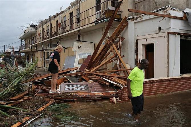 Al menos una persona murió por los estragos del huracán.