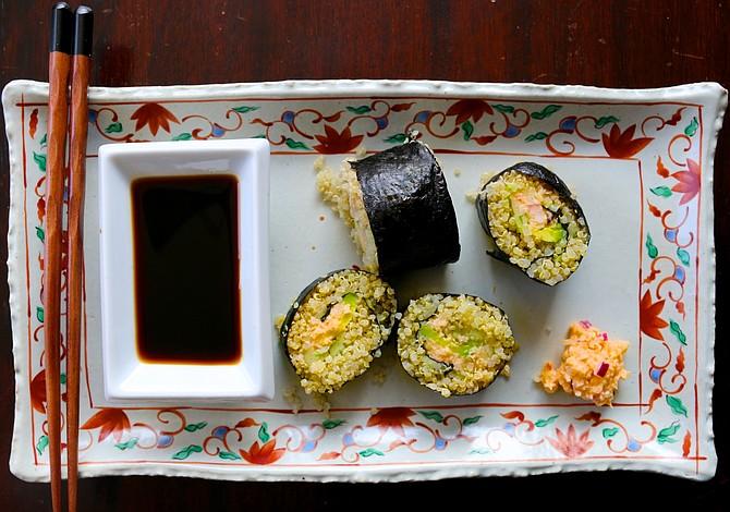 Sushi de aguacate, quinoa y salmón