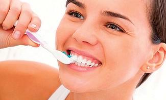 EVÍTALO. Una mala higiene bucal y la acumulación de placa aumentan el riesgo de desarrollar la enfermedad periodontal.