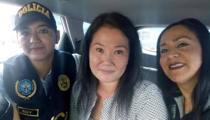 PERÚ. Keiko Fujimori posa junto a las dos agentes policiales