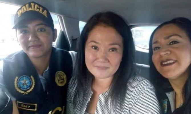 Ministerio de Interior en Perú criticó selfie de Keiko Fujimori con dos funcionarias policiales