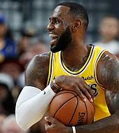 LeBron James jugó 15 minutos pero lideró la ofensiva de su equipo.