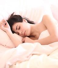 Foto de referencia de una mujer mientras duerme
