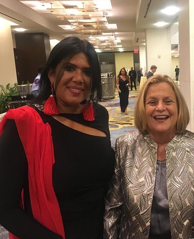 Relaciones. La consultora y experta en relaciones públicas, Syddia Lee-Chee, junto a la congresista de Florida Ileana Ros-Lehtinen