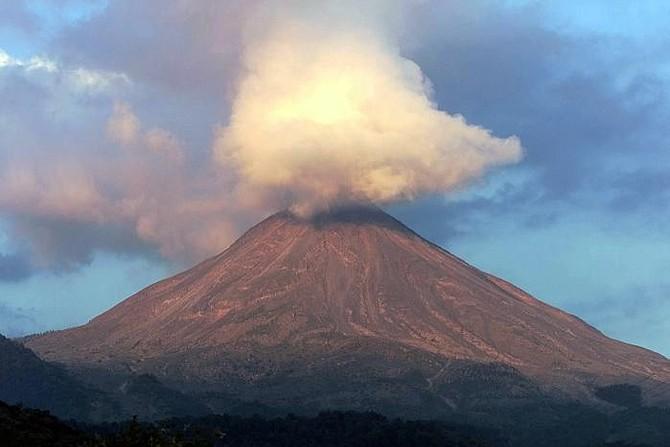 ERUPCIÓN. Esta condición ha generado que al menos 62 personas sean evacuadas por la erupción del volcán de Fuego.