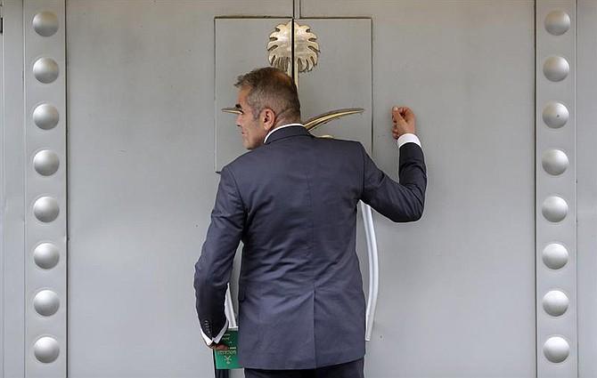 EMBAJADA. Un hombre permanece ante la puerta del consulado saudí en Estambul, Turquía, el 15 de octubre de 2018