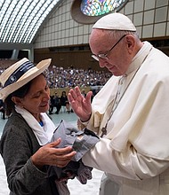 VATICANO.  El papa Francisco saluda a la fue asistente personal del arzobispo salvadoreño, Ángel Morales, durante la audiencia especial con salvadoreños que celebró en el Aula Pablo VI del Vaticano
