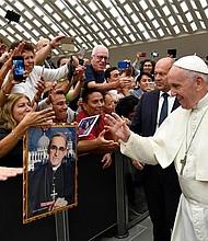 VATICANO. El papa Francisco saluda a la comunidad salvadoreña durante la audiencia especial que celebró en el Aula Pablo VI del Vaticano