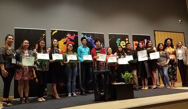 Estudiantes que participaron en Feipol, junto a organizadoras