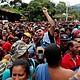 GUATEMALA - Migrantes hondureños llegan a la frontera de Agua Caliente, en donde la Policía de Guatemala les impidió el paso hoy, lunes 15 de octubre de 2018, en Chiquimula (Guatemala). La caravana de migrantes es para llegar hasta los Estados Unidos por la pobreza e inseguridad que se vive en Honduras.