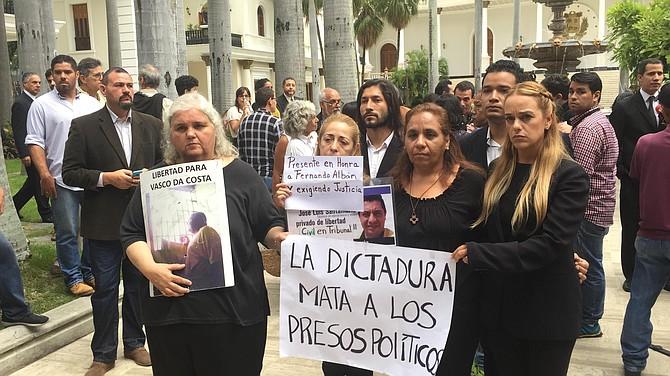APOYO. Familiares de presos políticos estuvieron presentes en la capilla ardiente en el Palacio Federal Legislativo.