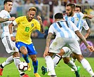 El brasileño Neymar tuvo una fuerte marca durante el partido.