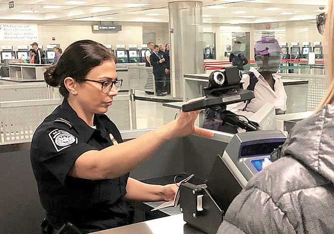 Refuerzan revisiones biométricas en aeropuertos