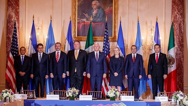 Autoridades de El Salvador, Honduras, México, Guatemala y EE.UU. posan durante la II Conferencia sobre Prosperidad y Seguridad en Centroamérica.