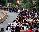 Migrantes en caravana insisten en llegar a Estados Unidos.