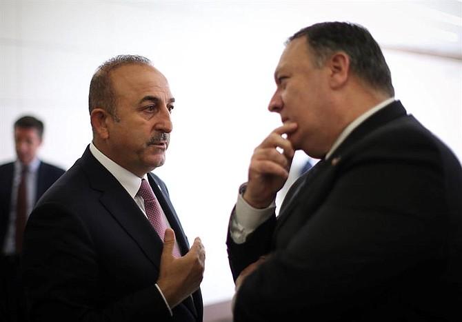 TURQUÍA - El secretario de Estado de EEUU, Mike Pompeo (d), conversa con el ministro turco de Exteriores, Mevlut Cavusoglu (i), tras su reunión en el Aeropuerto Internacional Esenboga, en Ankara (Turquía), hoy, 17 de octubre de 2018.