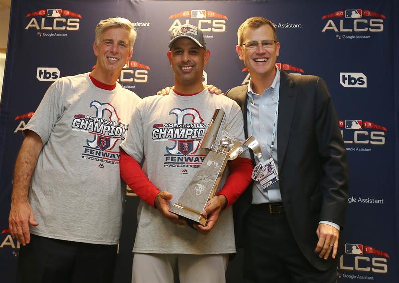 Alex Cora (medio) posa triunfante, con el cetro de la Liga Americana, junto a Dave Dombrowski (izquierda), presidente de operaciones de béisbol de los Medias Rojas, y San Kennedy, presidente y CEO de la organización