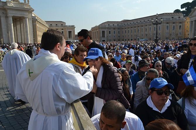 Aproximadamente 10 mil salvadoreños participaron con la organización de la iglesia católica salvadoreña y otros por cuenta propia.
