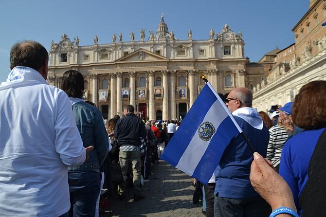 DEVOCIÓN. Miles de salvadoreños madrugaron la mañana del domingo 14 de octubre para acudir al evento.