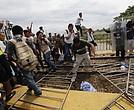 Miembros de la caravana rompieron rejas y cruzaron a territorio mexicano.