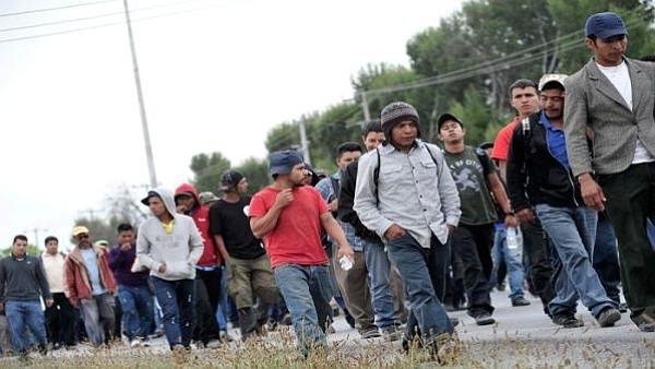 INMIGRANTES. Del lado mexicano un helicóptero militar sobrevolaba el lugar ante la pasividad de los agentes de policía que no pudieron controlar el paso de los migrantes.