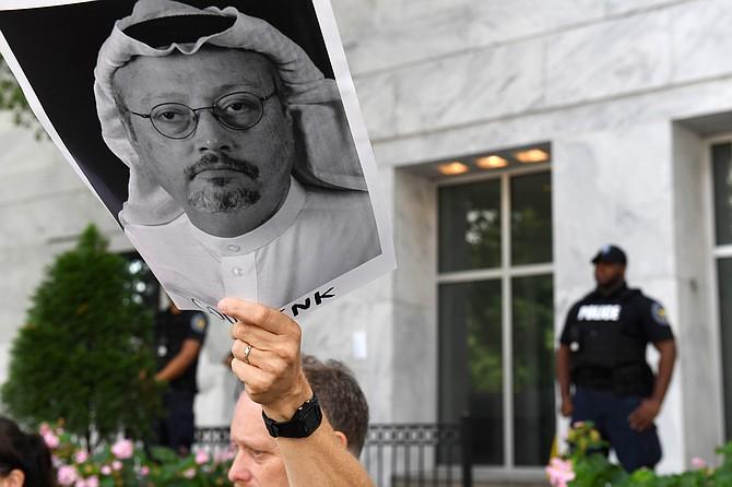 Michael Beer sostiene un poster con la foto del periodista Jamal Khashoggi, durante una manifestación afuera de la Embajada de Arabia Saudita en Washington, DC.     FOTO: Matt McClain – The Washington Post