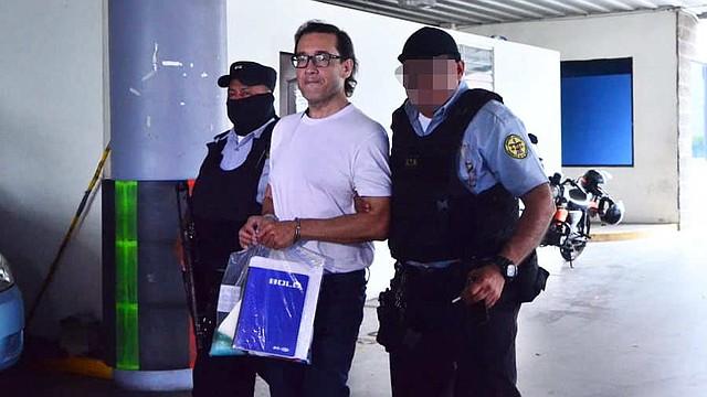 EL SALVADOR - Custodios trasladan al exfiscal Luis Martínez a prisión, luego que el juez le decretara prisión preventiva.